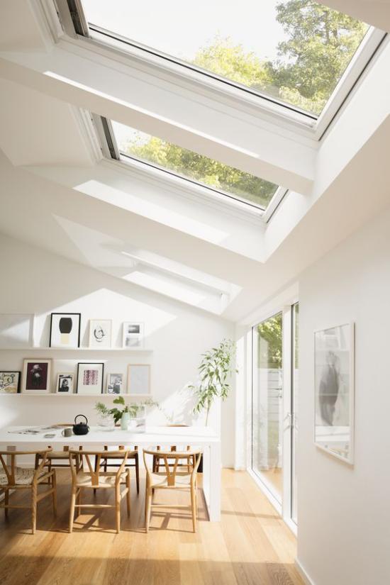 Moderne Dachfenster im Esszimmer viel Tageslicht und Wärme auch in den Wintermonaten genießen