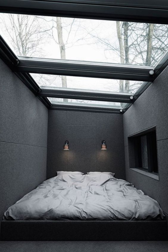 Moderne Dachfenster kleines dunkles Schlafzimmer Zimmerdecke aus Glas viel Licht