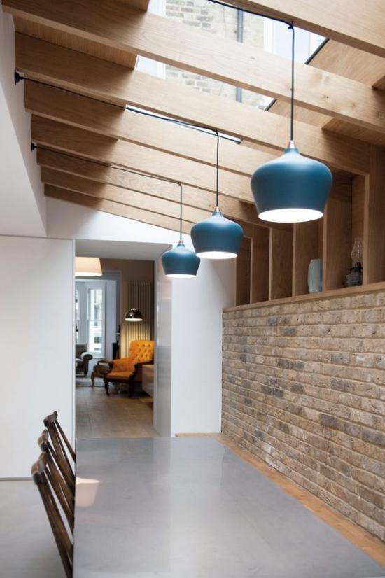 Moderne Dachfenster richtige Isolierung wichtig großer Raum Holzbalken Ziegelwand