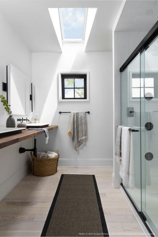 Moderne Dachfenster schickes Bad kleines Fenster gut beleuchtet tags-und nachtsüber