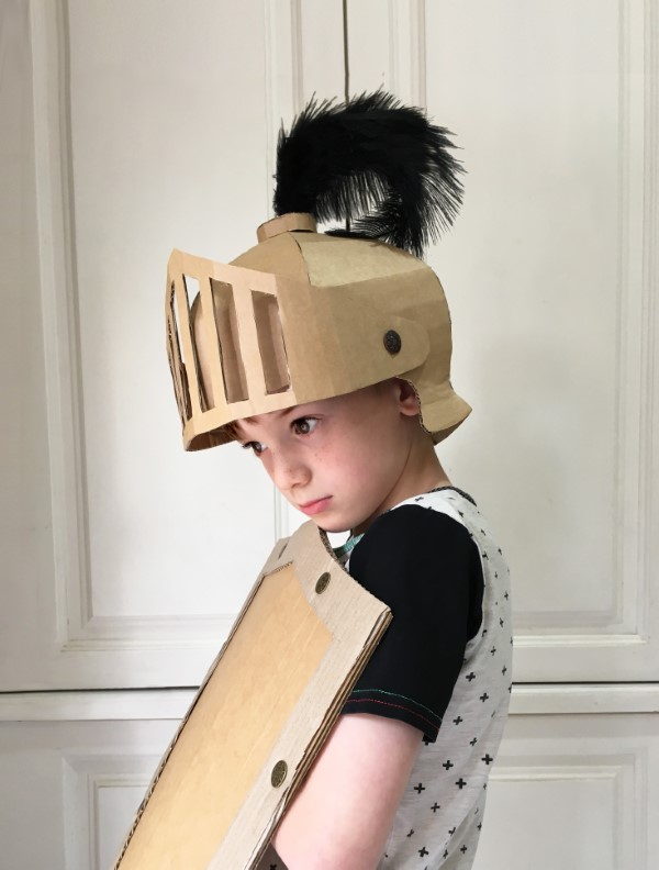 Ritterhelm basteln zum Halloween oder Fasching – kinderleichte Ideen und DIY Anleitung einfaches kostüm ritter pappe
