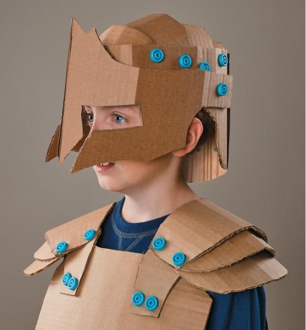 Ritterhelm basteln zum Halloween oder Fasching – kinderleichte Ideen und DIY Anleitung pappkarton kostüm idee
