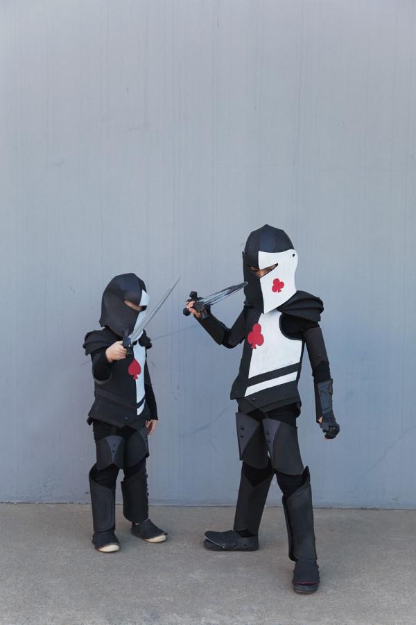 Ritterhelm basteln zum Halloween oder Fasching – kinderleichte Ideen und DIY Anleitung schwarz weiße kostüm ideen