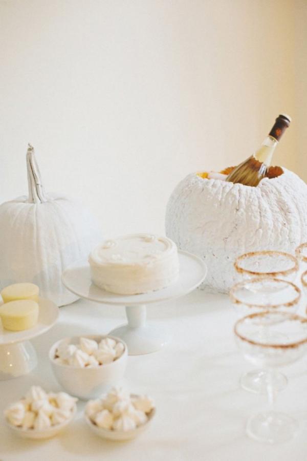 Weiße Halloween Deko Ideen am Esstisch am Gruselfest Kürbis als Flaschenbehälter weiße Torte Leckereien