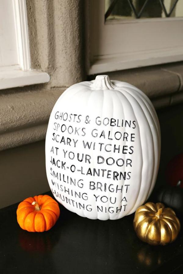 Weiße Halloween Deko Ideen großer weißer Kürbis beschriftet daneben zwei kleine Kürbisse orange und goldgelb