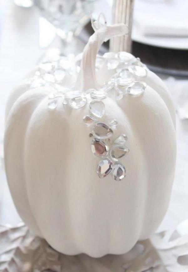 Weiße Halloween Deko Ideen stilvoll gestalteter weißer Kürbis mit Strassteinen schöner Blickfang