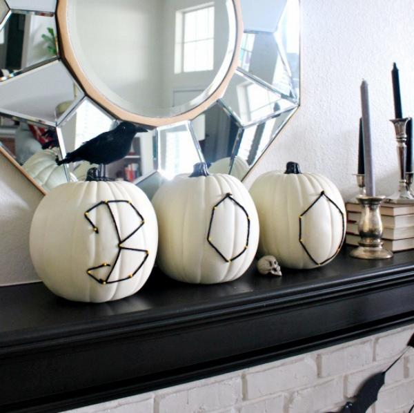 Weiße Halloween Deko Ideen weiße Kürbisse mit BOO Buchstaben auf einer Kommode vor dem Wandspiegel