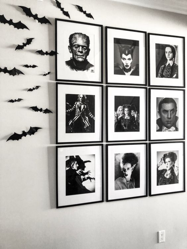 minimalistische Halloween Deko Galeriewand schwarz-weiße Bilder aus bekannten Filmen schwarze Fledermäuse gruseliges Feeling