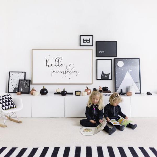 minimalistische Halloween Deko Kinderzimmer in schwarz-weiß schmücken zwei Kinder mit Büchern