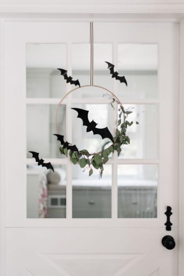 minimalistische Halloween Deko Kranz an der Tür Eukalyptus Blätter schwarze Fledermäuse