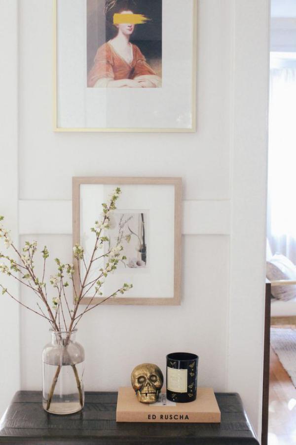 minimalistische Halloween Deko Vase mit Zweigen goldgelber Totenkopf schwarze Kerze reduziertes Arrangement