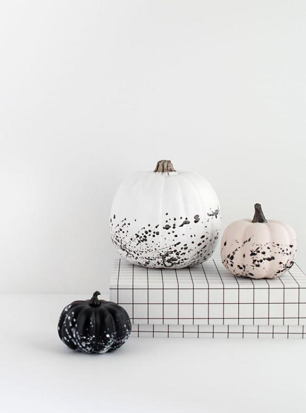 minimalistische Halloween Deko drei Kürbisse unterschiedliche Größe verschiedene gedeckte Farben kleine schwarze Tupfer