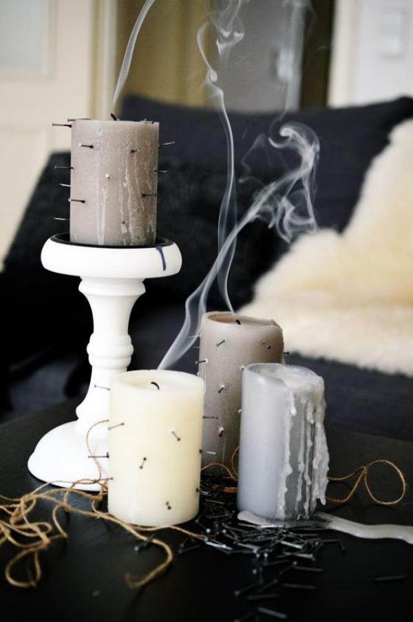 minimalistische Halloween Deko ein paar Kerzen gedeckte Farben Nägel schönes Arrangement