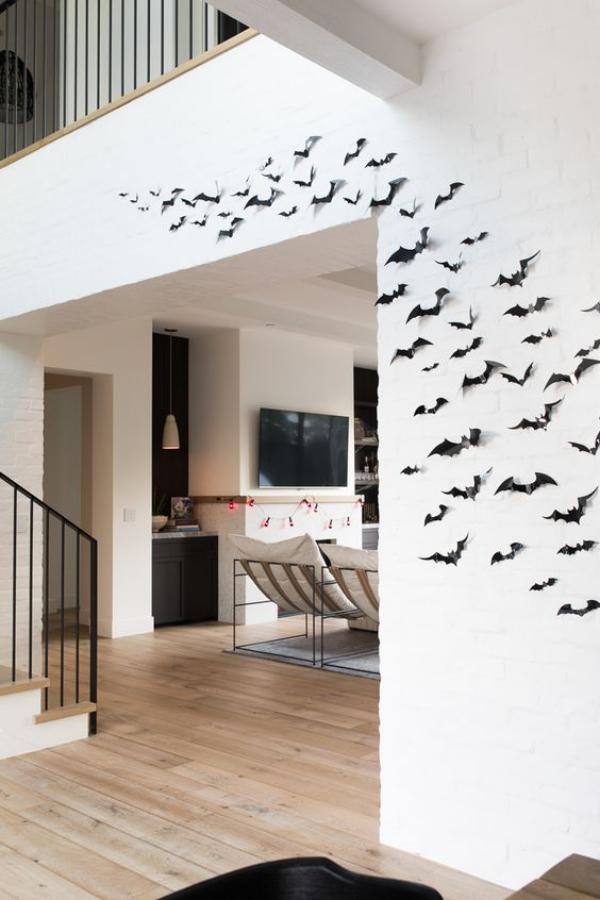 minimalistische Halloween Deko nur einige schwarze Fledermäuse an der Wand