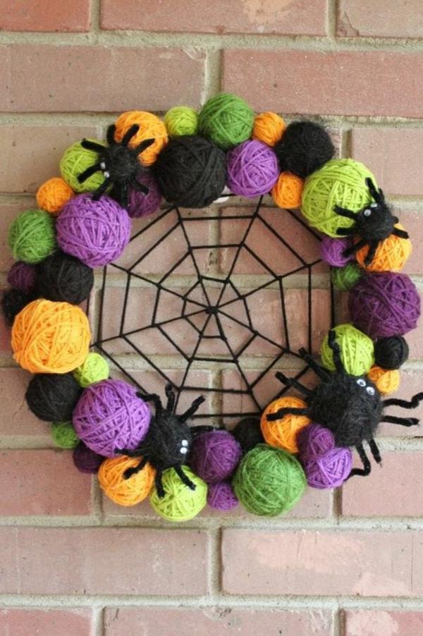 Türkranz halloween farbige garnknäuel schwarze spinnen