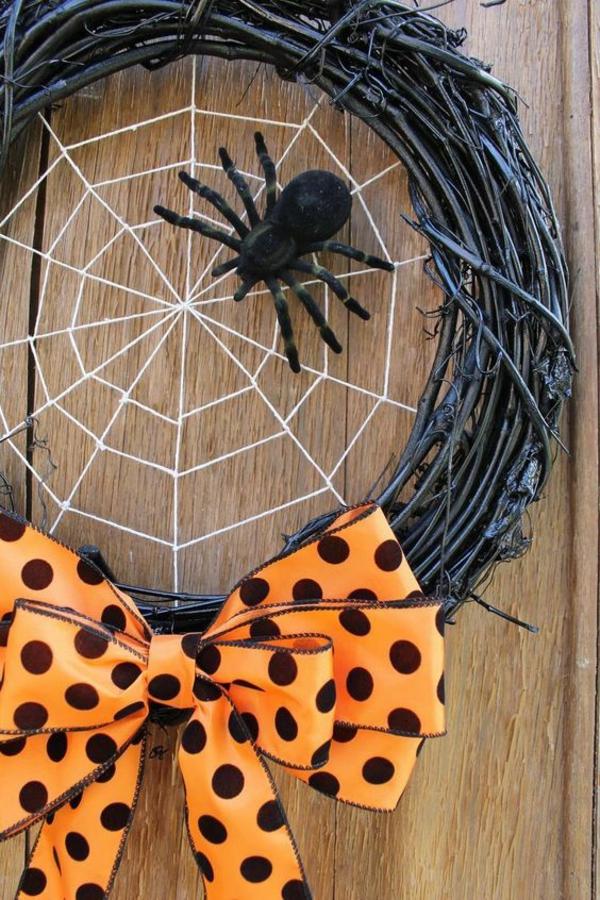 Türkranz halloween originelle idee schwarzer dekokranz große spinne