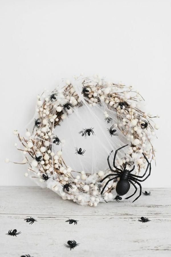 Türkranz halloween weiß schwarze spinnen farbkontrast spinnennetz