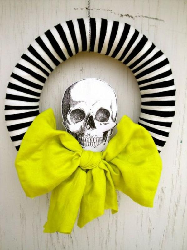 türkranz halloween gedruckter gerippekopf weiß schwarz streifen