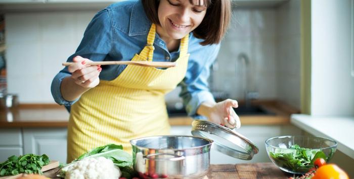 wintergemüse rezepte suppengrün frau am kochen