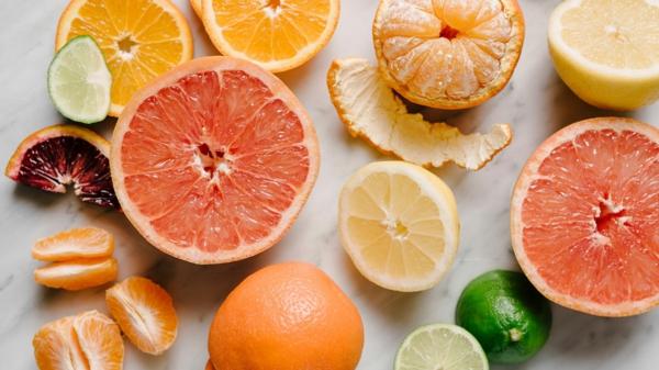 όπου υπάρχει βιταμίνη c σε αυτά εσπεριδοειδή με υψηλή περιεκτικότητα σε βιταμίνη c [19659015] acerola </strong> και <strong> Baobab </strong> είναι οι κορυφαίοι ηγέτες βιταμίνης C. Θα εκπλαγείτε ότι αυτά τα υπερ -φρούτα περιέχουν 30 και 10 φορές περισσότερη βιταμίνη C από τα πορτοκάλια! Οι σταφίδες </strong> περιέχουν επίσης πολύ βιταμίνη C. Αλλά αυτές δεν καταναλώνονται τόσο συχνά όσο οι πατάτες, για παράδειγμα, οι οποίες δεν περιέχουν τόσο πολύ βιταμίνη C. </li> <li> Ο <strong> μαϊντανός </strong> είναι βιταμίνη C -πλούσιο βότανο. </li> <li> Στα <strong> λαχανάκια Βρυξελλών </strong> υπάρχει πολλή βιταμίνη C. </li> <li style=